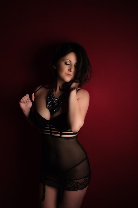 boudoir photographer pittsburgh black lingerie boudoir pose