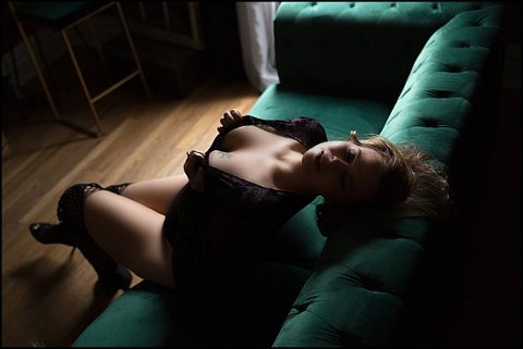boudoir photography pittsburgh of woman posing on green tufted sofa at pics by chicks photography, beaver county PA